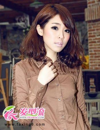 圆润的短发发型轮廓柔软而飘逸,搭配三七分的斜刘海发型设计,精致地修图片