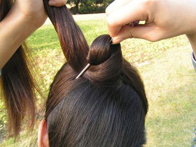复古盘头发的方法 古典盘头发图解(3)