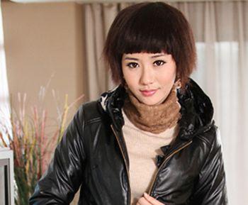 次 这款齐刘海的波波头短发发型潮水而新潮,和婉的齐刘海与齐耳的烫发