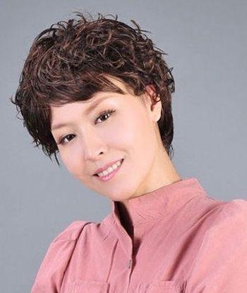 女中老年人短头发少烫什么发型好 中年头发少烫发发型图片