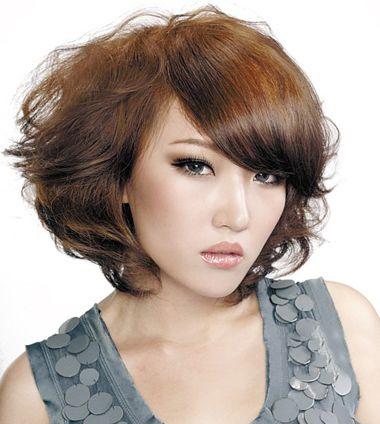 沙宣瓜子脸斜刘海蓬松短烫发发型图片