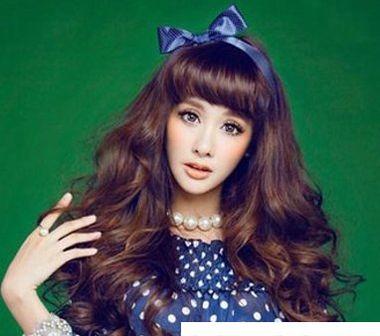符合奔三女孩的齐刘海发型图片 齐刘海中长发卷发发型图片
