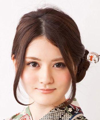 圆脸平分直发低盘发发型,直发发际线地位,要挑出来头发做年夜卷内扣.