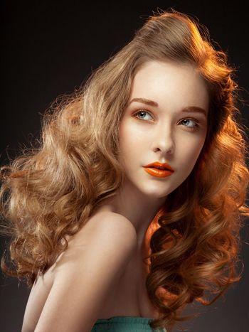 女人偏分无刘海年夜螺旋卷烫发发型