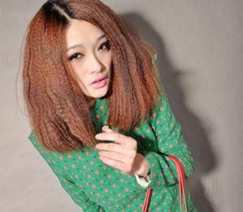 玉米烫发可以很好的增多发量同时也是非直流女孩最爱好的烫发类型图片
