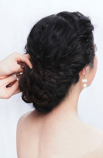 韩式新娘发型盘发步骤图解 新娘发型的简单盘发步骤(3
