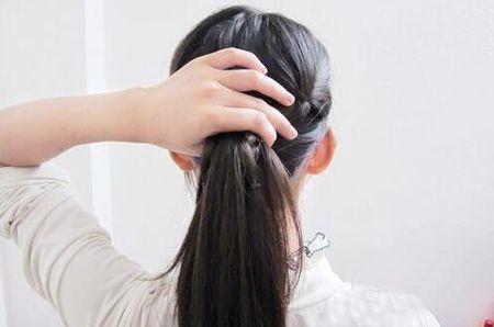 如何盘简单大方的发型 新潮发型黑色中长直发盘发过程图片