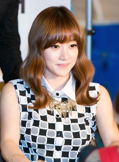 润饰胖脸和胖体型女人的时辰,也很常见,韩式空气刘海年夜卷烫发发型