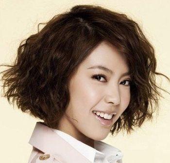 很火爆的的一款中年女性小卷发发型,三七分的设计头发偏梳,打造动身图片