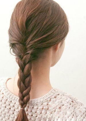 娃娃脸的头发如何编才好看 娃娃脸盘头发简洁好看的步骤图解(2)