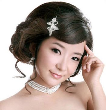 这款新娘发型特别凸显甜蜜乖巧魅力,斜梳的刘海掩饰一侧额头,搭配图片