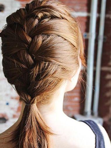 这款发型就完成了哦~给头发编成侧梳的头发,能进步女人扎发发型的可爱