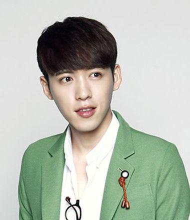 男中学生发型刘海 英俊的男学生刘海发型图片展示(3)