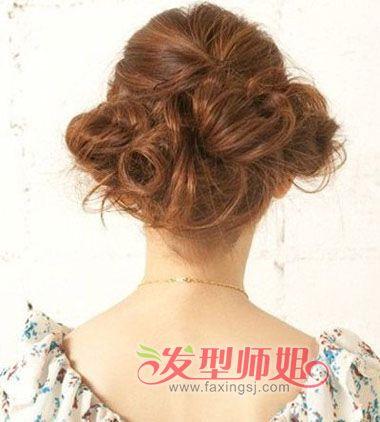 选择最适合自己脸型的盘发发型,打造属于美女们自己的风格吧。以下几款盘发发型由发型图片网小编精心为大家整理。咱们一起来看看女生发型吧!  完成后的长发盘发发型,就是这样有着复古宫廷风的设计哦~由于头发长,所以盘一个发髻显得过于包袱,做成几个发髻一点一点固定,发髻的蓬松感能带动内心的悸动,发顶头发还能打理出精美的条理感。 选择最适合自己脸型的盘发发型,打造属于美女们自己的风格吧。