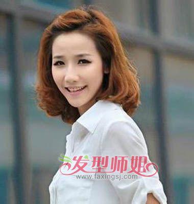 头后梳发发型,将头发梳成三七分,多发量的一边,将发丝向后拢发夹固定.