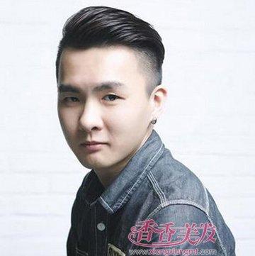 男人剃两侧后梳短发发型