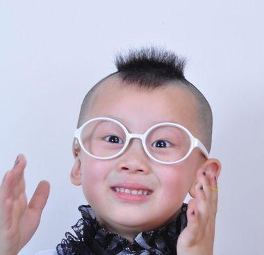 这款可爱俏皮的新潮男宝宝滑腻发型,十分的有创意呢,不是直接将小男孩