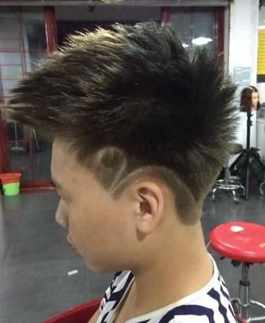 男人前梳纹理烫刻字发型图片