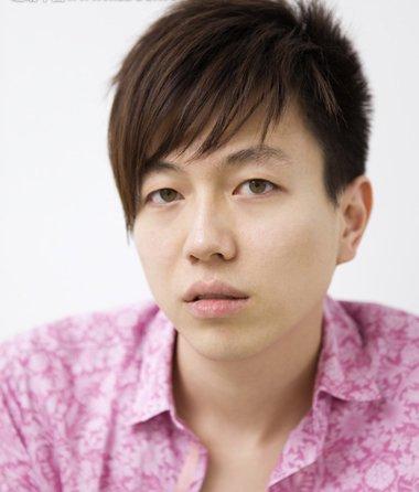 胖男人斜刘海纹理烫短发发型