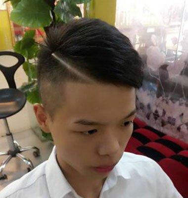 选择最适合自己脸型的男士发型,打造属于我们自己独特的风格吧。以下几款男生发型由发型图片网小编精心为大家整理。咱们一起来看看吧!  男性短卷发斜刘海中偏分超短头发型设计 最后这款男性短卷发斜刘海中偏分短超短头发设计是一边的头发是剃光了,有着条理感的向一边梳的发型,从正侧面看是十分阳光英俊的男人发型,增加了男人的酷感的超短头发型。 选择最适合自己脸型的男士发型,打造属于我们自己独特的风格吧。