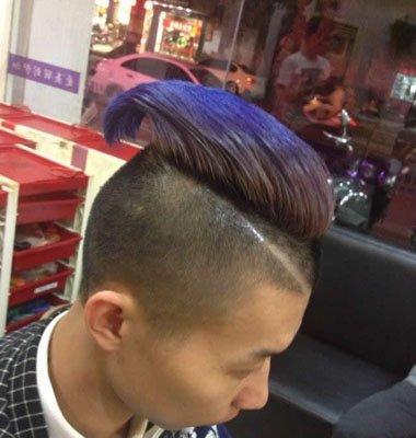 额头上方的头发还有一道的痕迹,从侧面看这款发型是十分的酷,十分符合