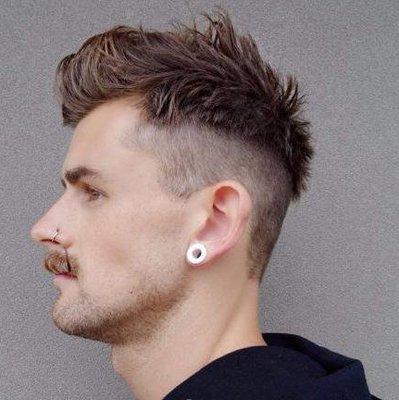 两侧的头发以及后面的头发是比拟的短的,这款发型整体看上去十分的酷.图片
