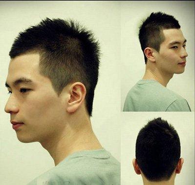 这款短卷发无刘海的发型设计耳朵旁的头发是铲光的,残剩的头发都是