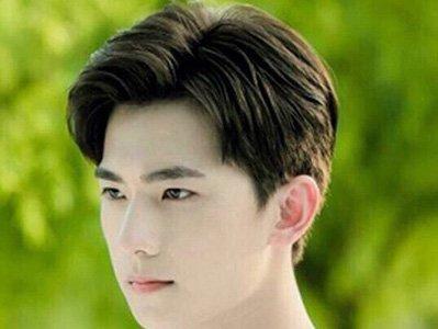 这款短直发中偏分无刘海的男明星发型设的中偏分也是稍微有点曲折的图片