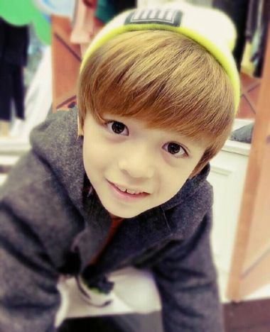 发型 参加节目时不卑不亢的小男孩joy,圆圆的脸型搭配有着极佳修颜后果的短直发,刘海位置的头发内扣,发丝比拟蓬松,发尾天然的梳起来的发型,耳朵两侧的发丝要稍微尖利一些。  5岁小男孩斜刘海日系内扣短发发型 对发量的请求比拟高的一款小男孩发型,5岁的孩子发型也是可以修饰起来的,斜刘国内扣短发发型设计,斜梳在一侧的头发,发丝蓬松和婉,丰满的造型和末端的顺滑造型,都很有日系男人魅力。