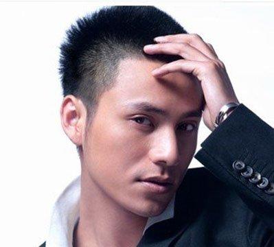 男士发型短发毛寸图片 男士最新毛寸发型短发选择最适合自己脸型的男士发型,打造属于我们自己独特的风格吧。以下几款男生发型由发型图片网小编精心为大家整理。咱们一起来看看吧!  男士短直发新毛寸发型设计 这款男士短直发最新毛寸发型设计是两侧的头发是超短的,中心的头发稍长一点是向上梳的,这款发型是比来十分火的一款毛寸发型,整体来看很帅的毛寸发型,酷极了。
