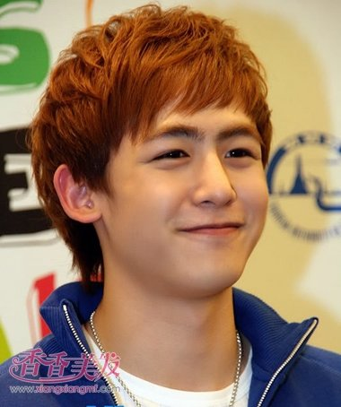 棕黄色斜刘海蓬松纹理烫短发发型图片