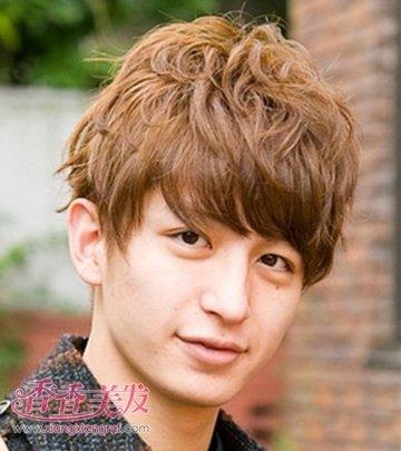 男人棕黄色斜刘海条理短烫发发型,在头上声张卷曲起来,很是新潮有型呢