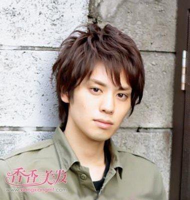 男士发型图片  这款2016年日本男人短直发无刘海发型设计是两侧的头发图片