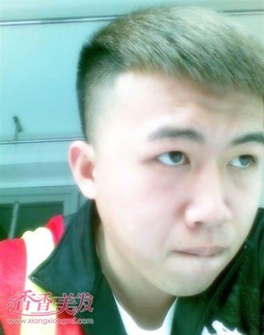 男士两侧剃光短直发无刘海发型设计