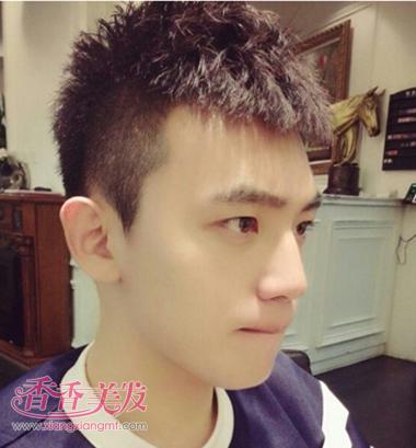 很显年青的一款小伙儿短发发型,剃掉两侧之后简练风立显.