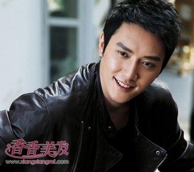 中国男明星斜梳蓬松烫短发发型