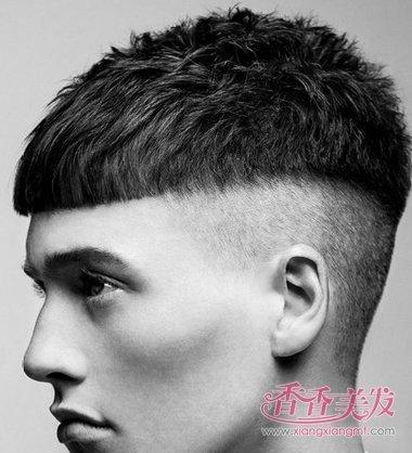 这款2017年男士潮流精美型的锅盖头发型,是在男人超短碎发基础上剪裁