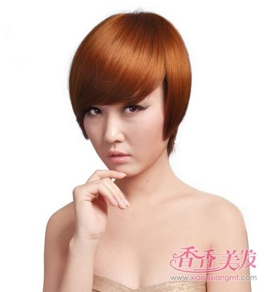 斜刘海女人沙宣头短发发型,发量比拟少的女人梳那种发型才好看?