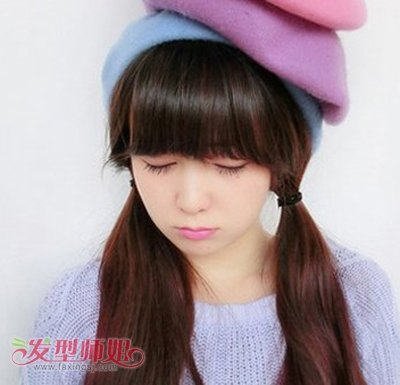 小圆脸姑娘的齐刘海双边直发马尾很符合方才步入校园的妹子们,整洁的图片