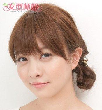 很符合学生妹哦~ 学生平刘海低扎麻花辫盘发发型,顾名思义,就是从编发