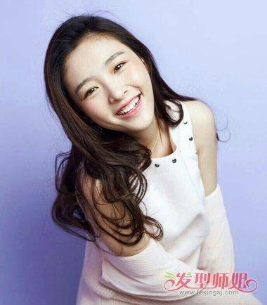 吴倩在梳头发的时候,贴着面颊的发型天然会让人可爱万分的.