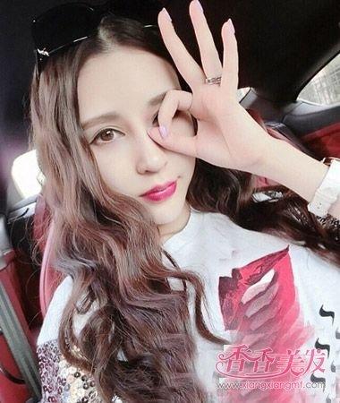 韩国女人平分长卷发无刘海发型设计