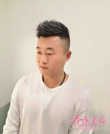 男士发型图片  这款男人两侧铲平短卷发无刘海造型设计是带刮痕的发型图片