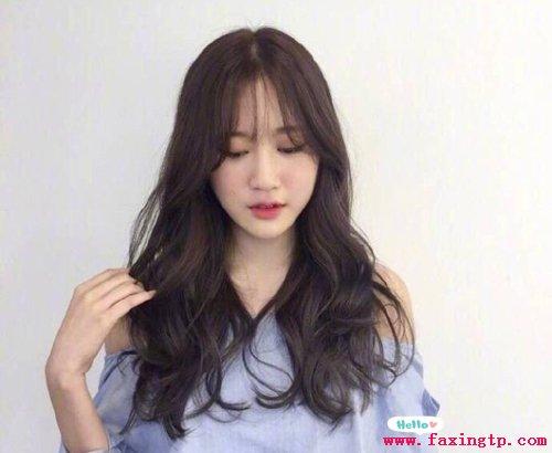 女生夏季长发卷发发型,简单好看显气质图片