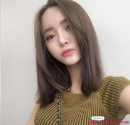 刘海的披肩波浪烫发发型,白皙的脸蛋,修颜减龄更时尚.图片