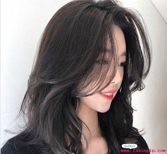 圆脸的女生适合什么发型,当季流行的女生烫发图片欣赏